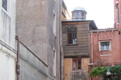 Article : Trois murs de crépis délavés